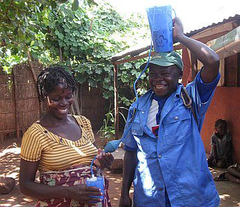 Water filters voor families in Mozambique